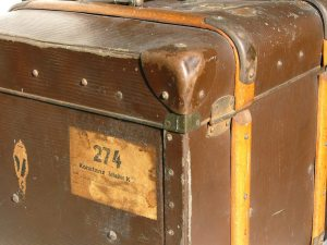 old-suitcase-1566890-1600x1200