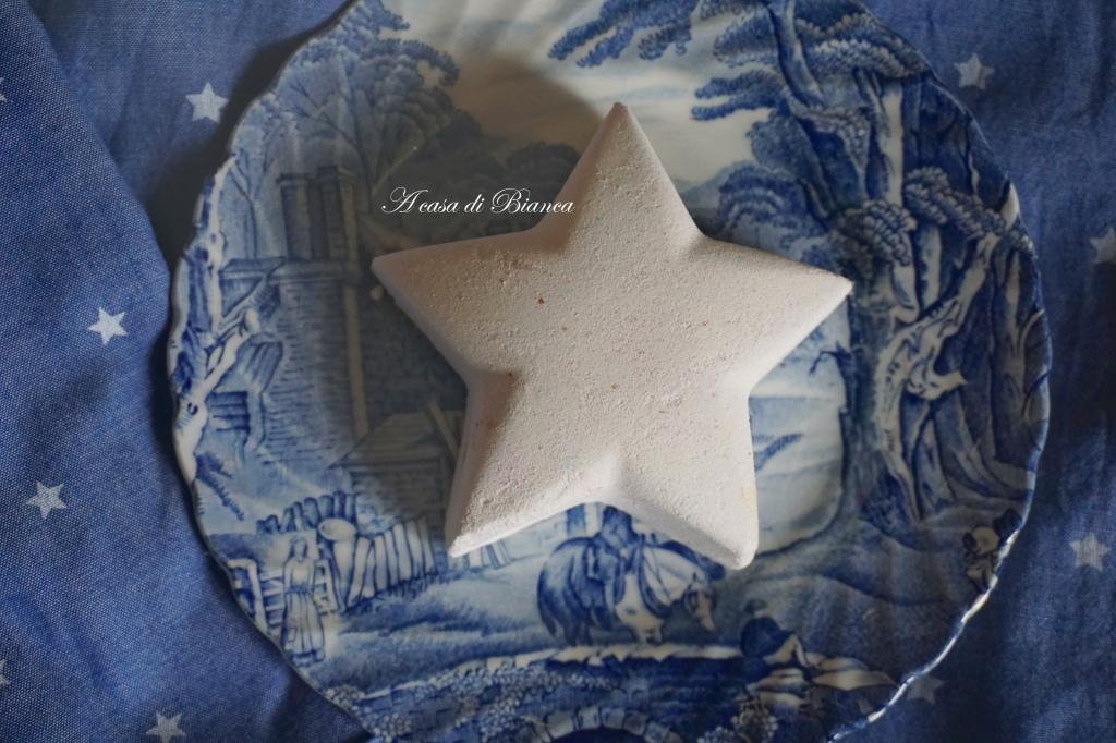 bathbomb Lush blue and white