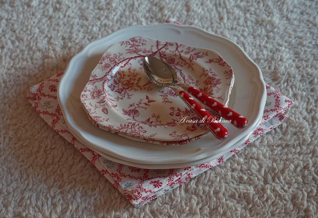 san Valentino, tavola bianca e rossa, tavola per due, apparecchiare la tavola, creare un apparecchiatura, tablescape, tablescaping