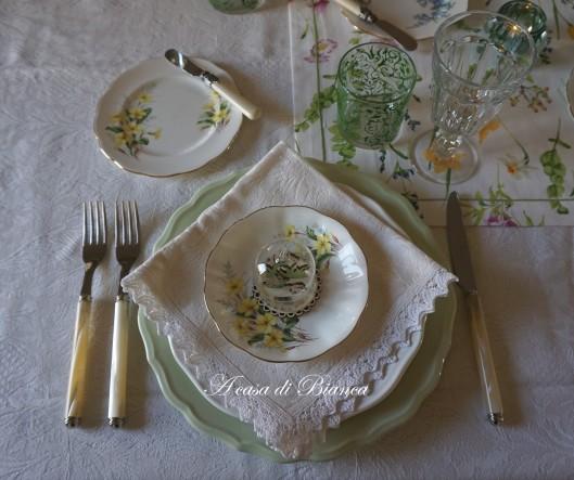 spring tablescape a casa di bianca primule