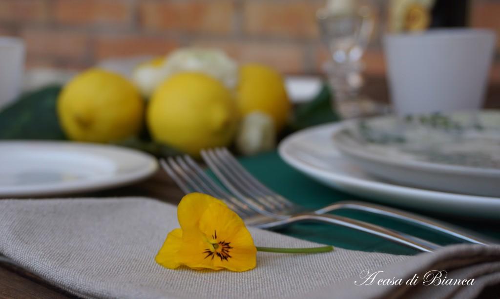 Segnaposto primaverile viole gialle a casa di Bianca
