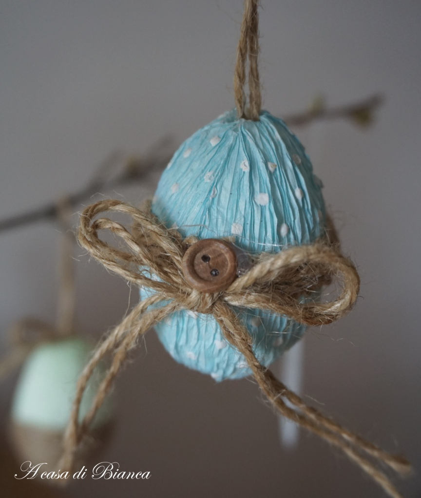 Albero di Pasqua azzurro a casa di Bianca