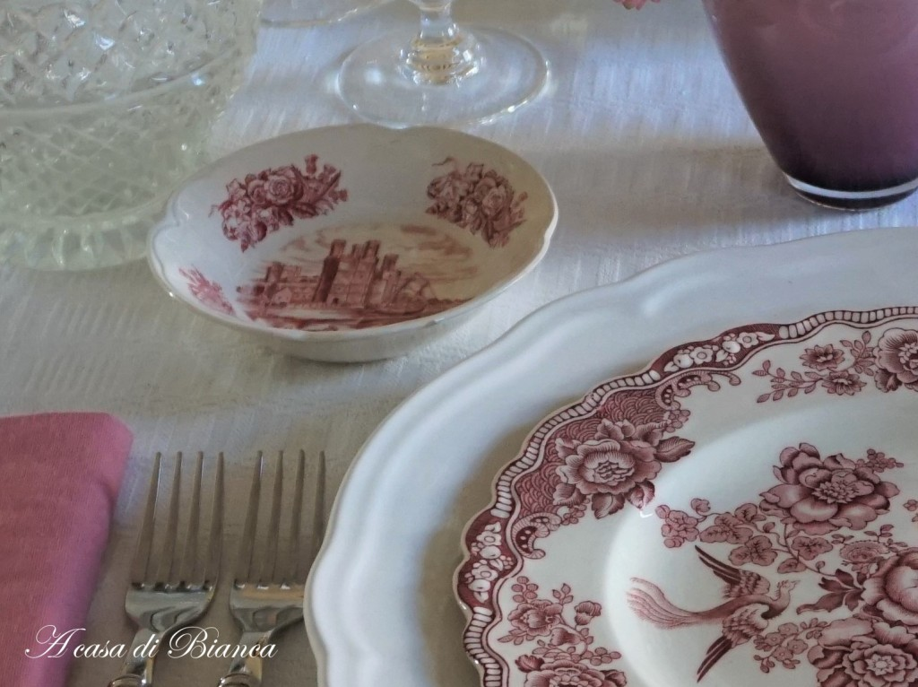 Tavola vintage color vino Crown Ducal a casa di Bianca