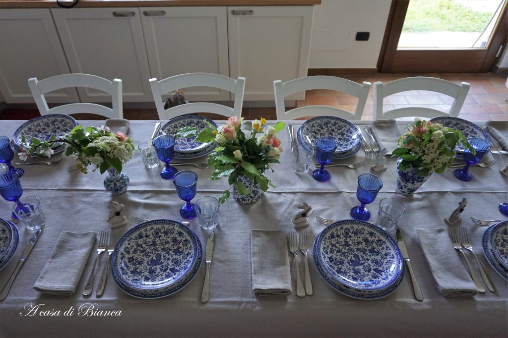 Tavola di Pasqua bianco e blu Burleigh Regal Peacock a casa di Bianca