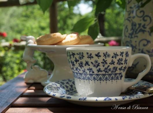 Garden tea vintage in bianco e blu a casa di Bianca