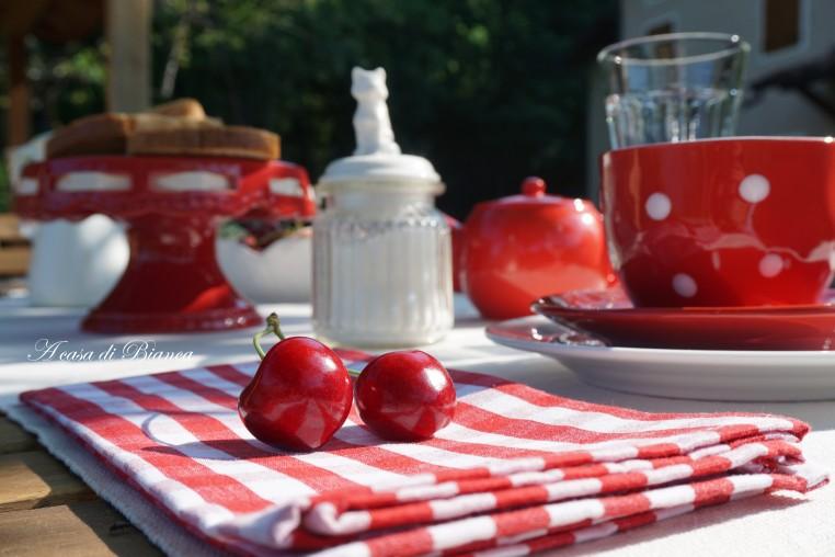 Tavola bianca e rossa a casa di Bianca