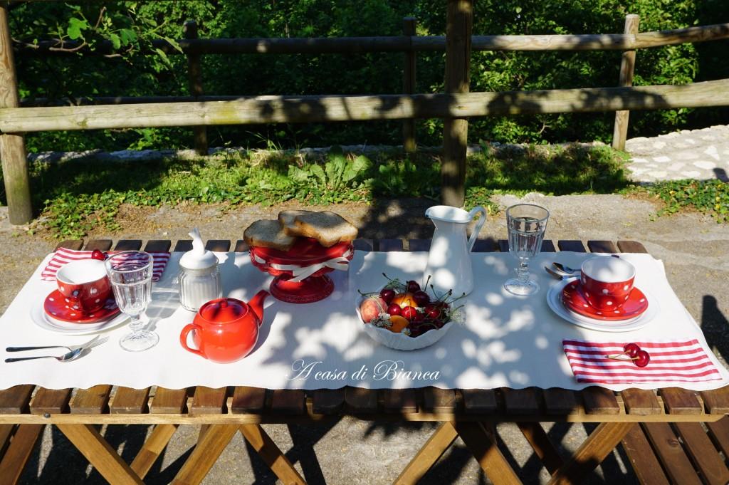 Colazione in giardino bianca e rossa a casa di Bianca