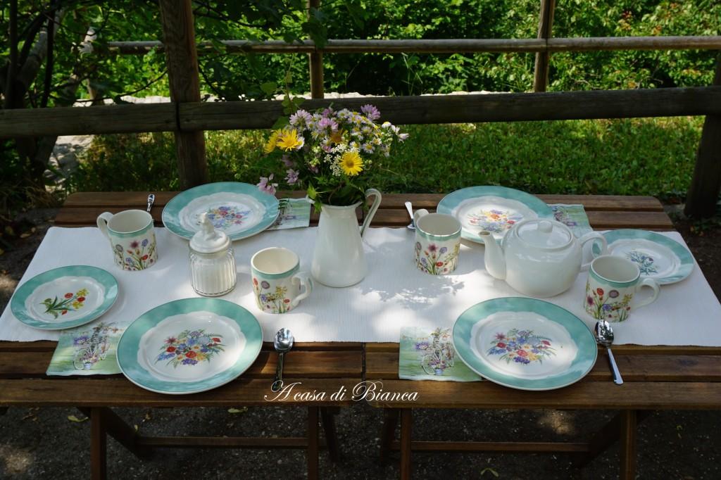 Tavola per la colazione in giardino a casa di Bianca