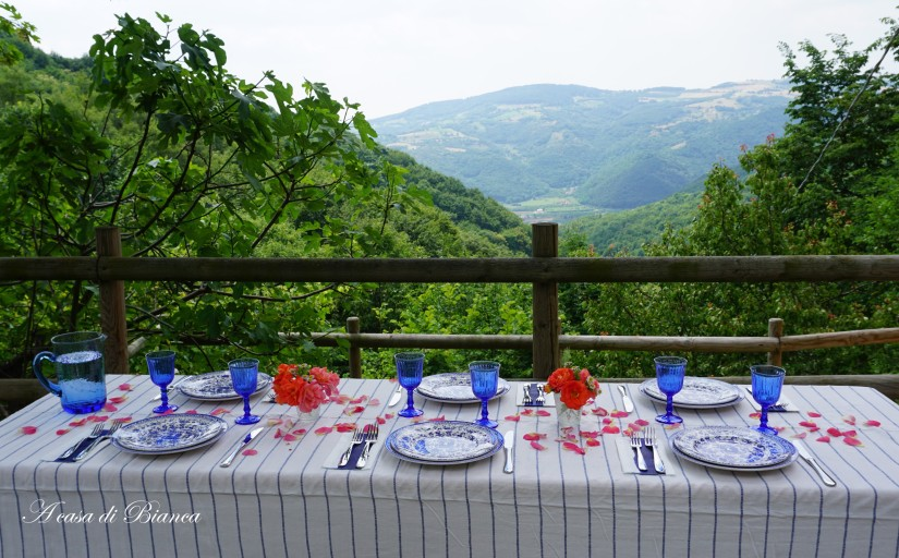 Regal Peacock summer tablescape a casa di Bianca