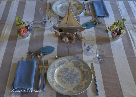 Coastal tablescape in light blue a casa di Bianca