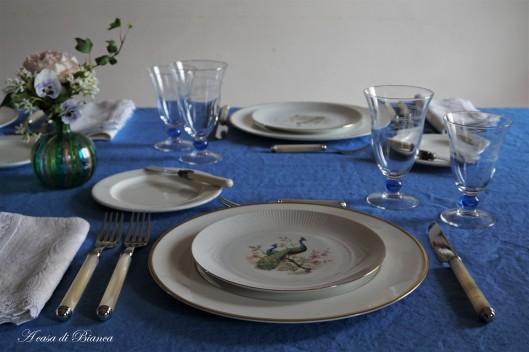 Tavola blu pavone a casa di Bianca