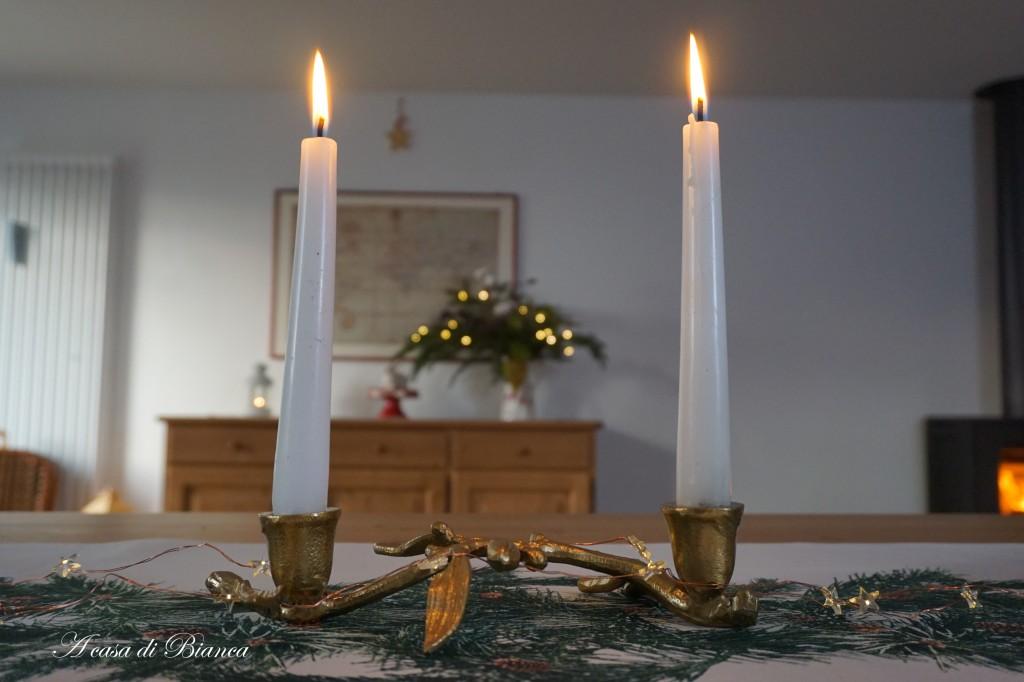 Centrotavola dorato con candele a casa di Bianca