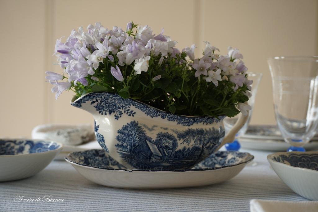Tavola di primavera in azzurro a casa di Bianca