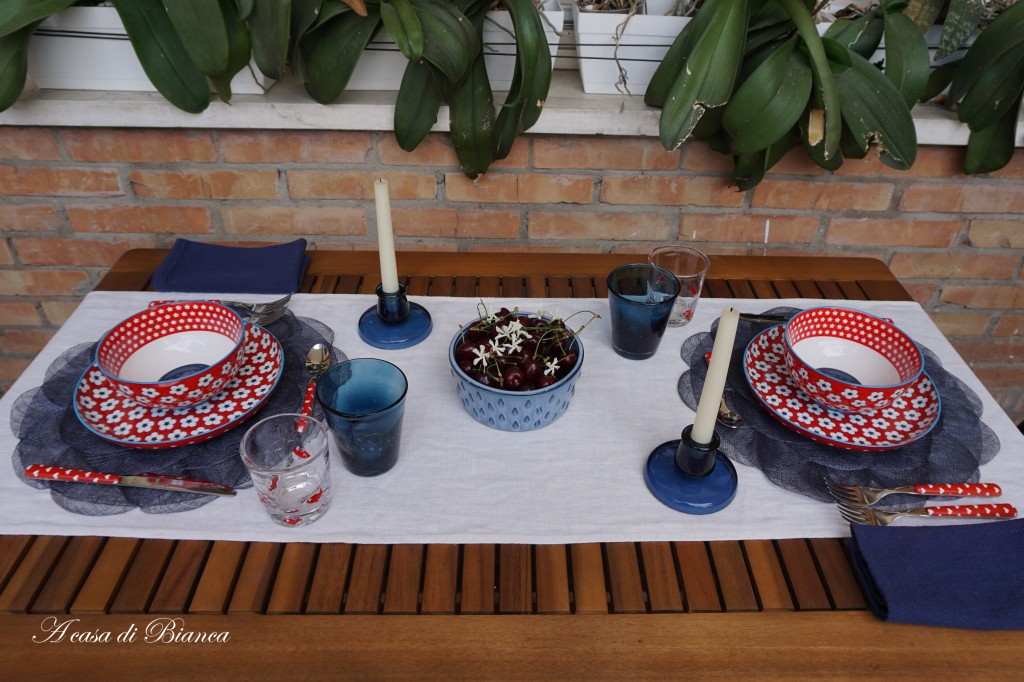 Blue red and white tablescape a casa di Bianca