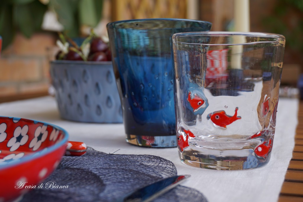 Blue red and white tablescape a casa di Bianca