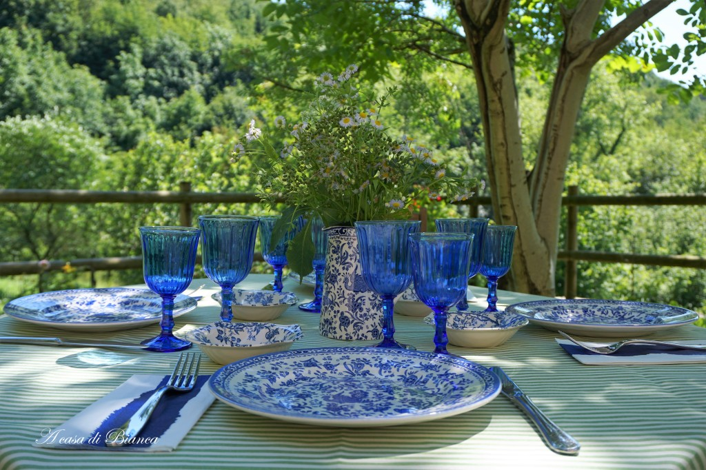 Tavola d'estate in verde e blu a casa di Bianca