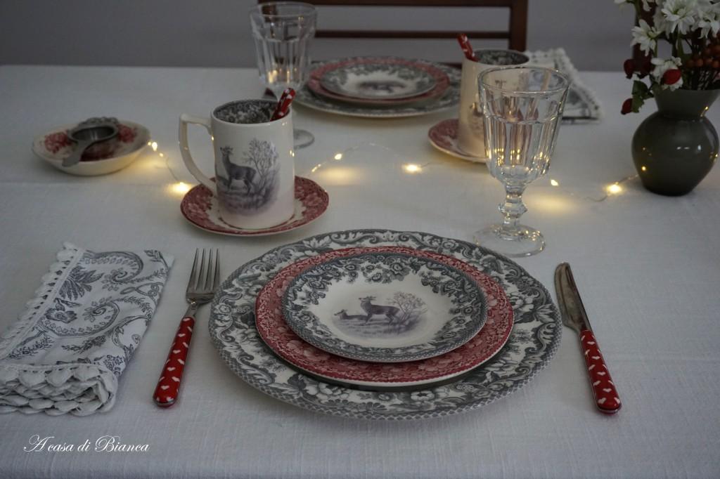Tavola grigio e rosso Natale a casa di Bianca