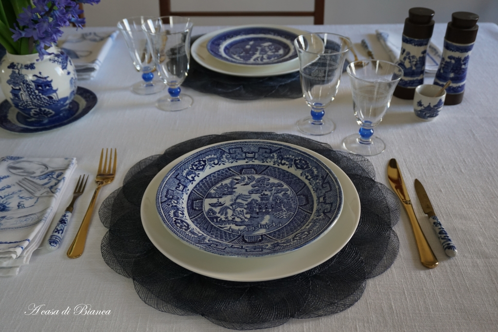 tavola bianco e blu willow a casa di Bianca
