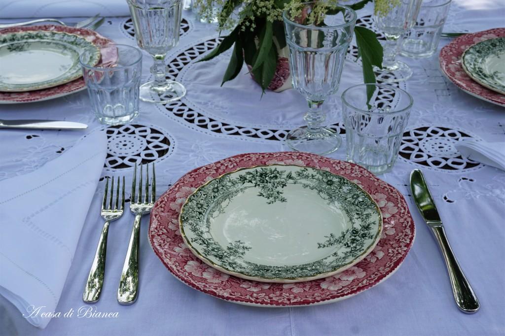 Apparecchiare all'aperto tavola italiana vintage a casa di Bianca