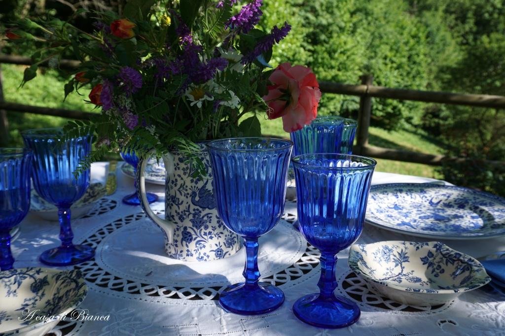 Tavola apparecchiata in giardino con piatti bianchi e blu a casa di Bianca