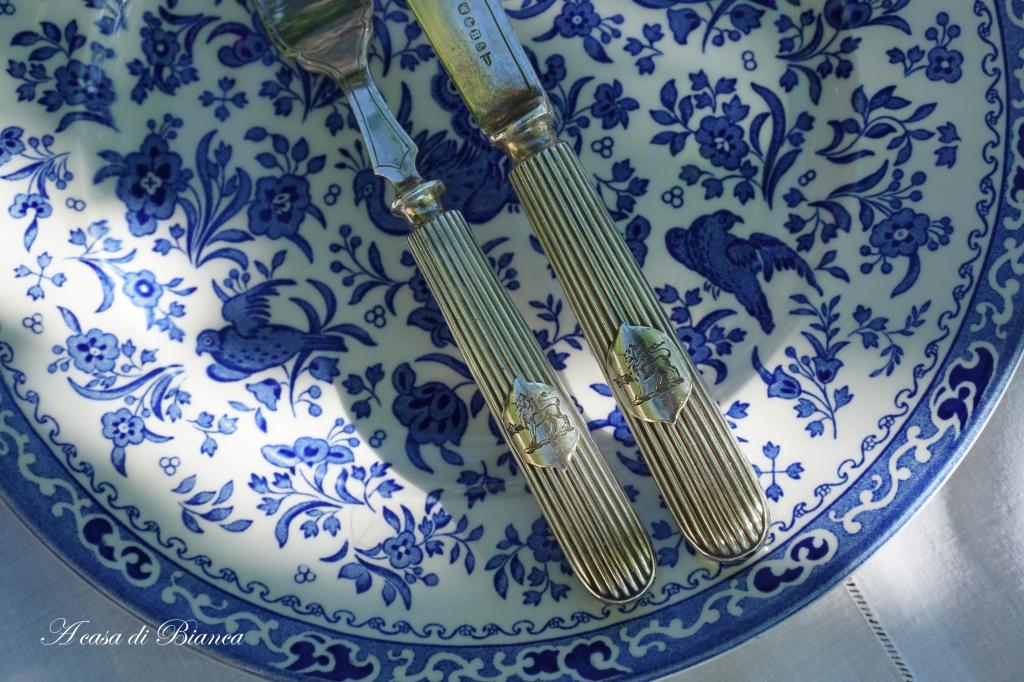 Posate vintage su Tavola apparecchiata in giardino con piatti bianchi e blu a casa di Bianca