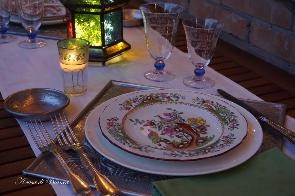 Tavola per cena indiana a lume di candela a casa di Bianca