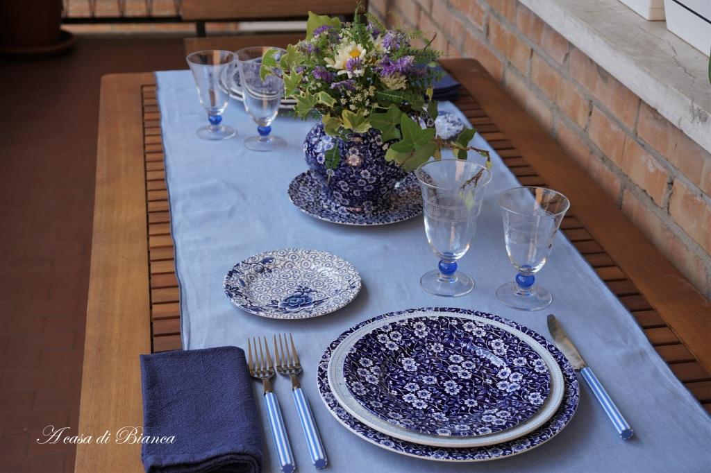 Arte della tavola apparecchiare in terrazza con piatti inglesi blu