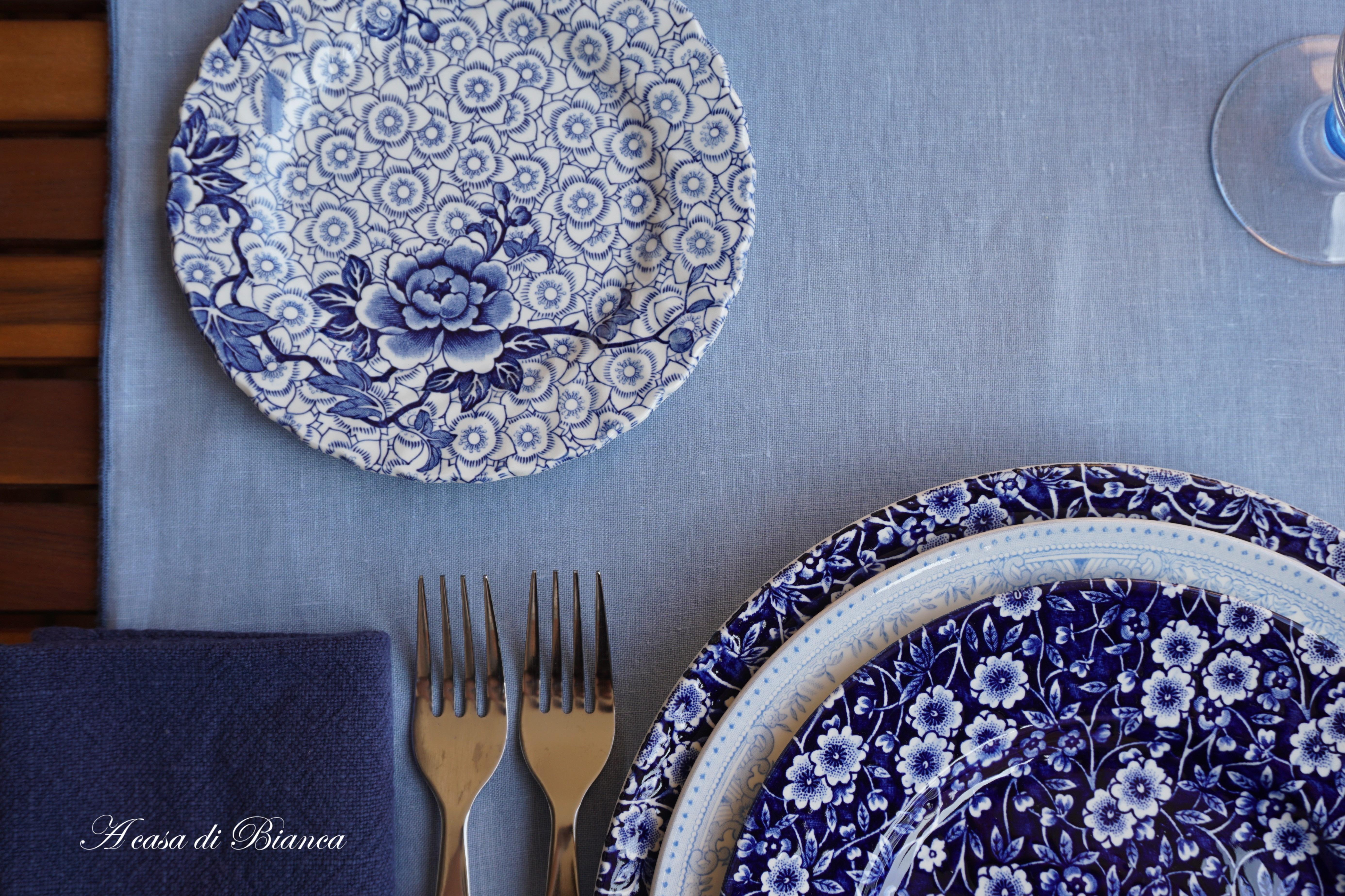 Apparecchiare Tavola In Terrazza arte della tavola. di blu e d'azzurro – a casa di bianca