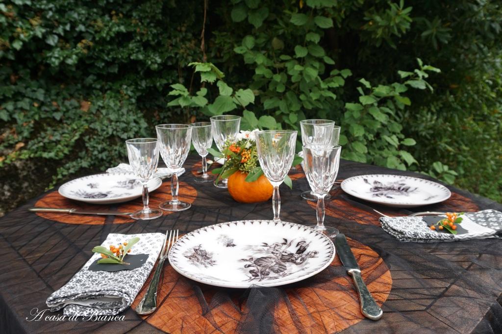 tavola di Halloween all'aperto con piatti antichi francesi