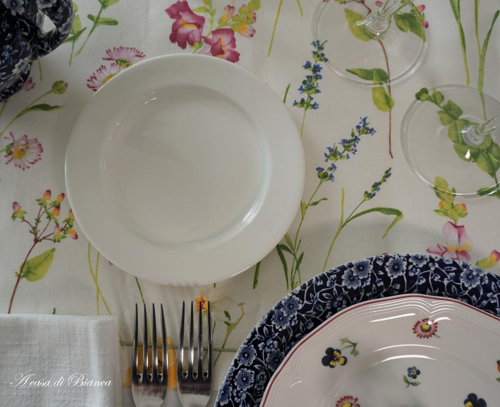 Apparecchiare tavola di primavera a casa di Bianca