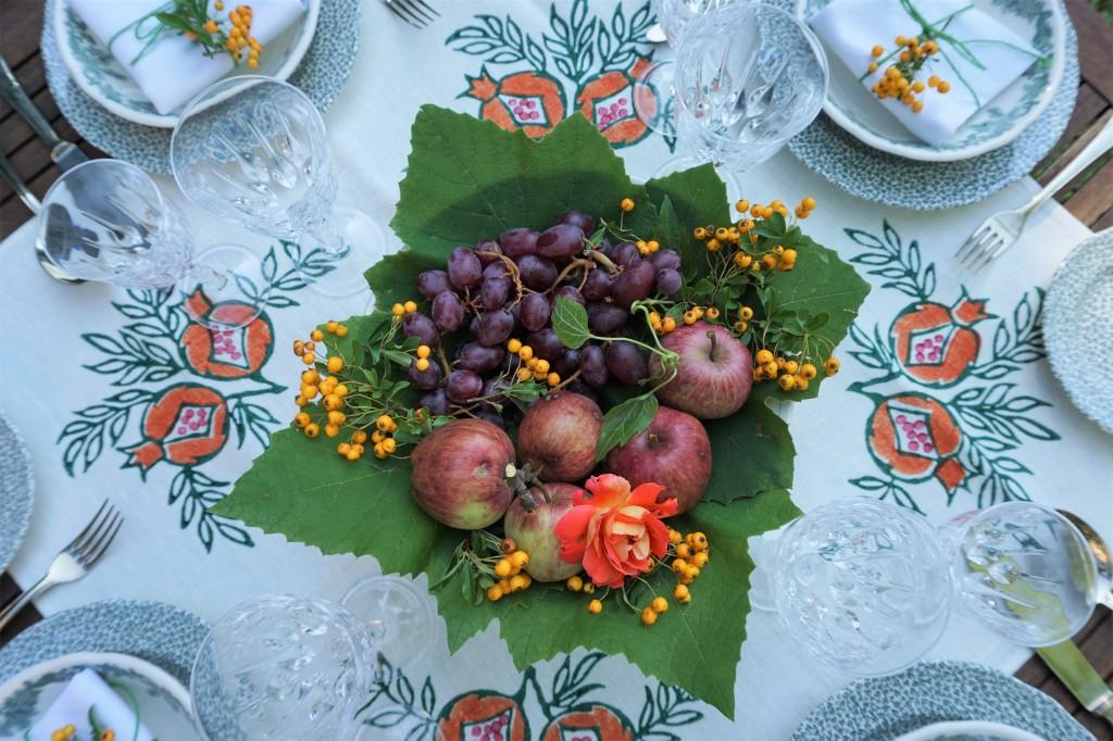 Centrotavola autunnale su tavola apparecchiata in giardino a casa di Bianca